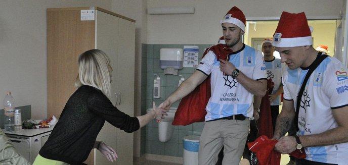 Artykuł: W Mikołajki piłkarze Stomilu odwiedzili pacjentów Szpitala Dziecięcego (zdjęcia)