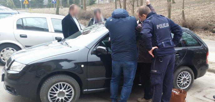 Artykuł: Zatrzasnęła w aucie niemowlę. Przestraszonego malucha policjanci uspokoili... kołysząc autem