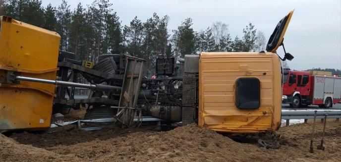 Artykuł: Wywrócona ciężarówka na DK51 [ZDJĘCIA]