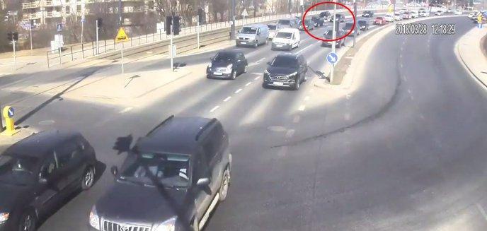 Artykuł: Samochód zawisł na krawężniku i wstrzymał ruch tramwajowy w Olsztynie [NAGRANIE ITS]