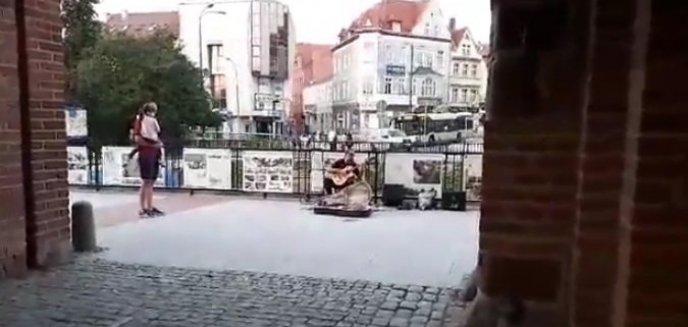 Artykuł: Uliczny wirtuoz gitary odwiedził Olsztyn. Zagrał pod Wysoką Bramą [FILM]