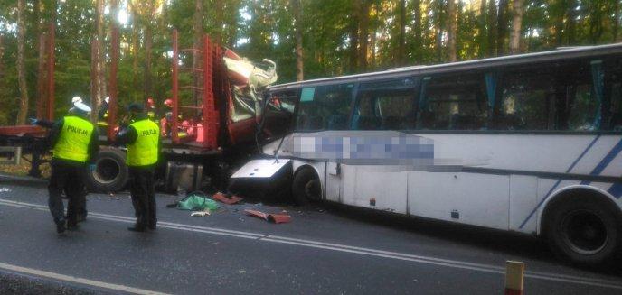Artykuł: Autobus szkolny zderzył się z TIR-em. Dwie osoby nie żyją [ZDJĘCIA]