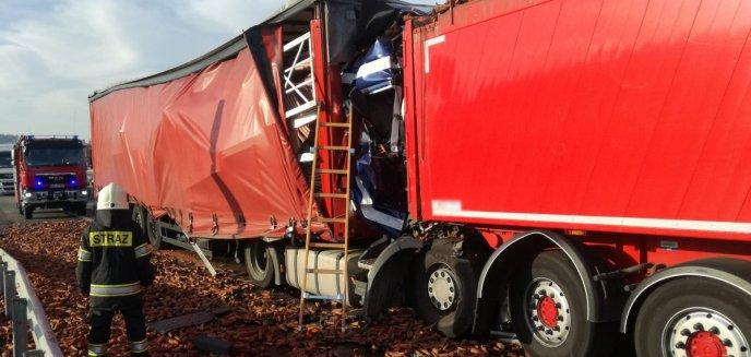 Artykuł: Zderzenie trzech ciężarówek na DK 51. Jeden kierowca nie żyje [WIDEO] [AKTUALIZACJA]