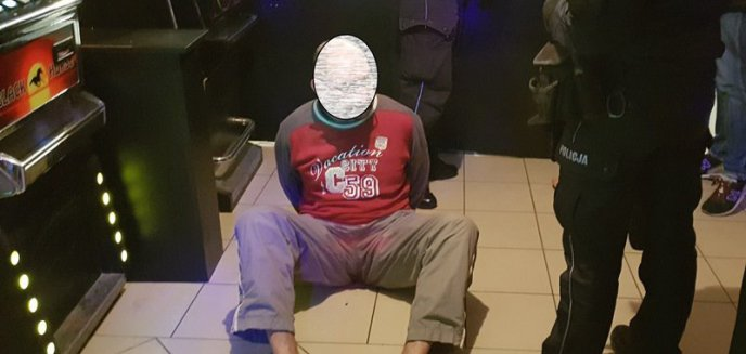 Artykuł: Groził bronią funkcjonariuszowi, który wszedł do lokalu z automatami