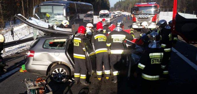 Artykuł: Tragedia na DK 51. W zderzeniu pięciu pojazdów zginęły trzy osoby