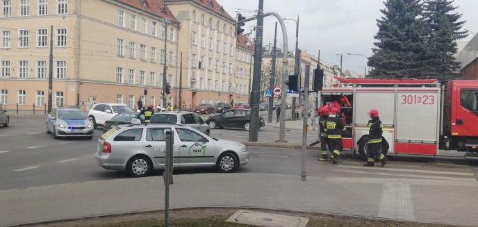 Artykuł: Kolizja w centrum Olsztyna. Kobieta w zaawansowanej ciąży trafiła do szpitala