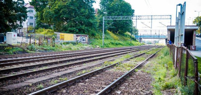 Artykuł: Remont linii na trasie Działdowo-Olsztyn na zaawansowanym etapie. Specjalna maszyna wymienia tory