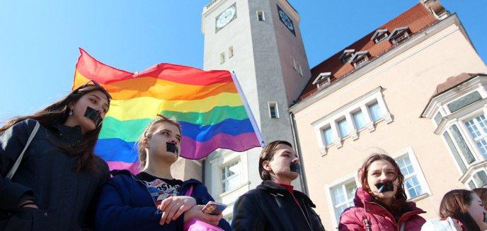 Artykuł: Dzień Milczenia w Olsztynie. Milczeli, by sprzeciwić się dyskryminacji osób LGBT [ZDJĘCIA, WIDEO]