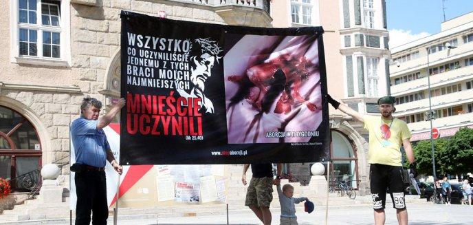 Artykuł: ''Dzień Pokutny'' na placu przed miejskim ratuszem w Olsztynie [ZDJĘCIA]