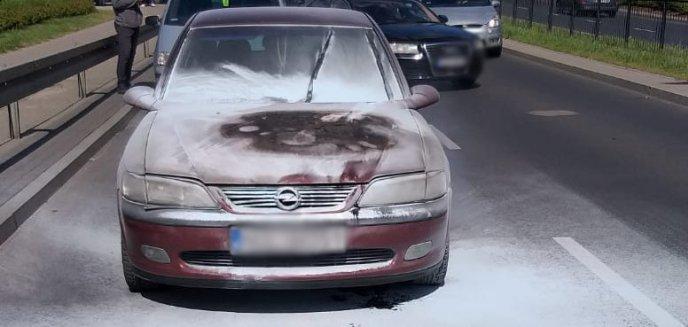 Artykuł: Auto stanęło w płomieniach na ul. Artyleryjskiej. Pomogli policjant i świadek [WIDEO]