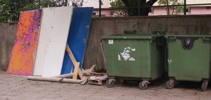 Smród, brud i... zniszczony telewizor, czyli śmietnikowa rzeczywistość olsztyńskich osiedli
