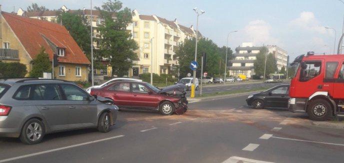 Artykuł: Wjechała na czerwonym świetle na skrzyżowanie w centrum miasta [ZDJĘCIA]