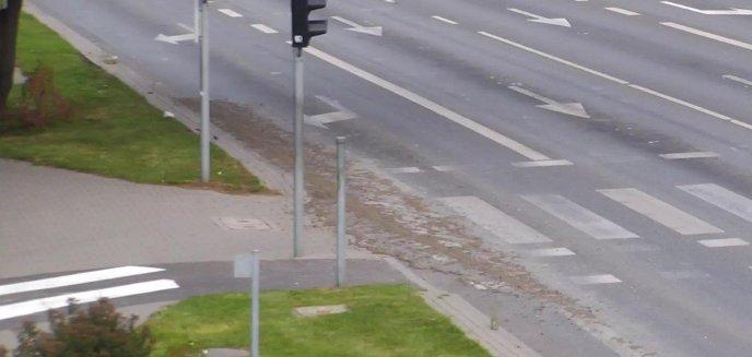 Artykuł: Z betoniarki wylewał się beton wprost na asfalt na ul. Armii Krajowej