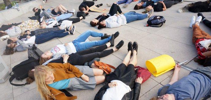 Artykuł: ''Umarli'' na plaży miejskiej, aby pokazać do czego prowadzi działalność człowieka [ZDJĘCIA]
