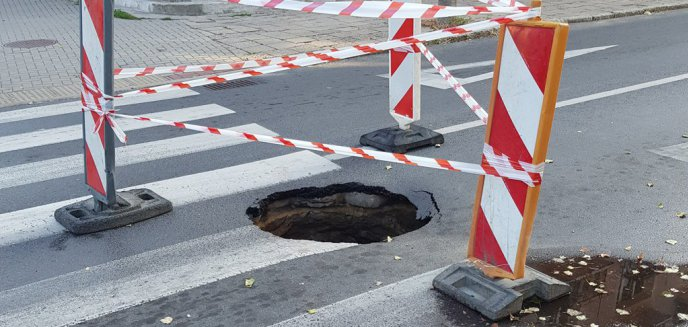 Artykuł: Głęboka dziura w nawierzchni na ul. Niedziałkowskiego na Zatorzu. Kiedy naprawa?