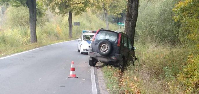 Kolizja pod Olsztynem. Kierowca zjechał na pobocze i uderzył w drzewo
