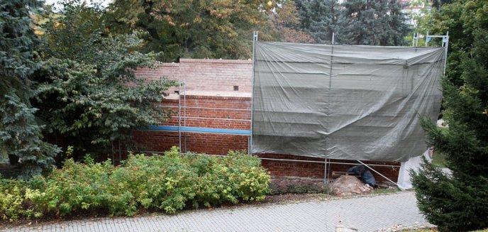 Trwa remont muru w parku Podzamcze [ZDJĘCIA]