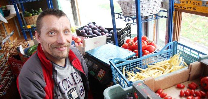 Artykuł: Prowadzi warzywniak na Jarotach. Mimo ciężkiej choroby chce nadal pracować [ZDJĘCIA]