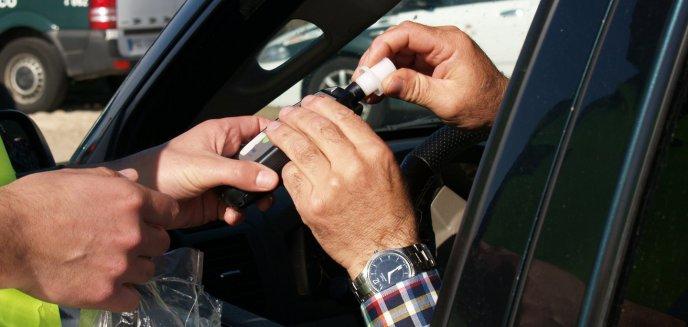 Artykuł: Kompletnie pijany 68-latek wsiadł za kierownicę. Miał zakaz prowadzenia aut do 2021 roku!