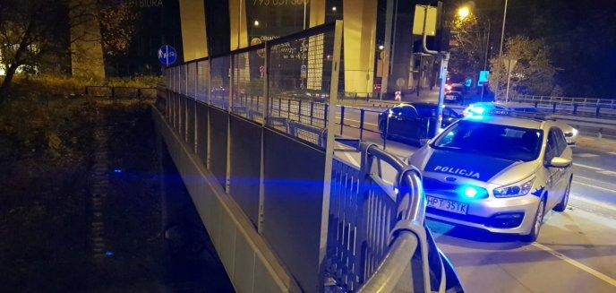 O krok od tragedii. Policjantki powstrzymały desperata przed skokiem z wiaduktu w centrum miasta