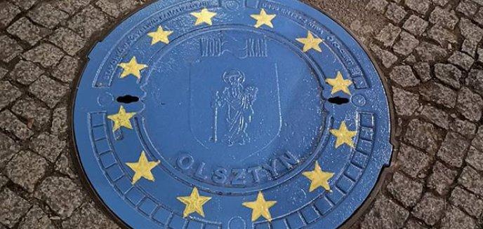 Akt wandalizmu czy ważny przekaz? Pokrywy studzienek przy starówce w barwach Unii Europejskiej [AKTUALIZACJA]