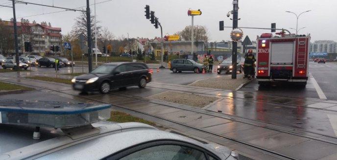 Nastolatka wbiegła na przejście na czerwonym świetle wprost pod jadące auto