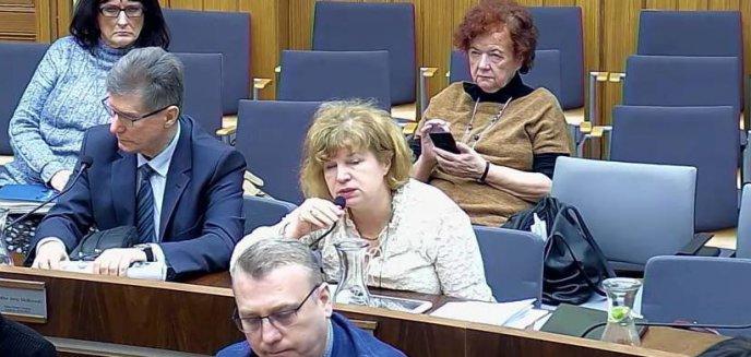 Artykuł: Problem olsztyńskiej radnej: czy kamera na sali sesyjnej może zajrzeć do jej torebki?