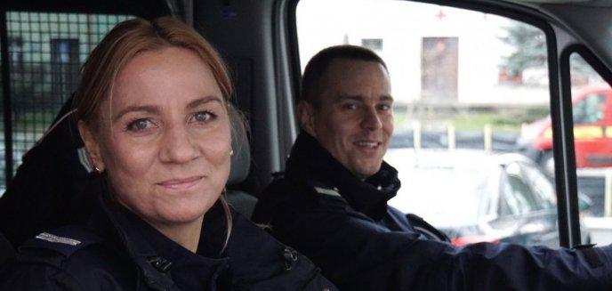 Policjanci uratowali niepełnosprawne osoby z płonącego busa