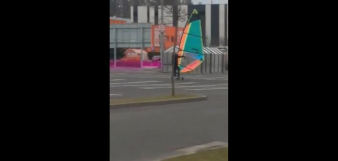 Artykuł: Oryginalny sposób na ominięcie korków? Uprawiał windsurfing na parkingu [WIDEO]