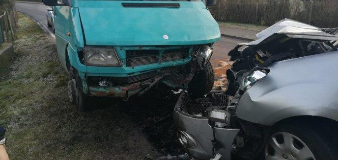 Uwaga, kierowcy! Pod Olsztynem peugeot czołowo zderzył się z busem