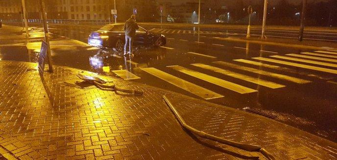 Artykuł: Mercedesem staranował trzy znaki drogowe przy Szpitalu Miejskim w Olsztynie [ZDJĘCIA]