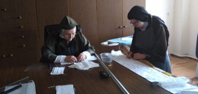 Artykuł: Koronawirus. Siostry karmelitanki bose z zakonu pod Olsztynem szyją maseczki