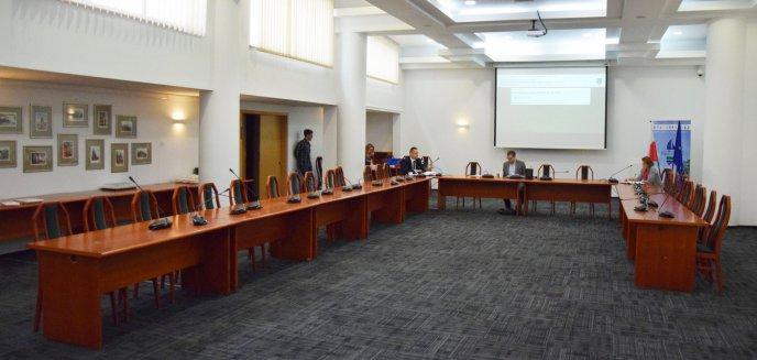 Artykuł: Wyjątkowa sesja rady powiatu. Na sali pustki, są dodatkowe środki na walkę z koronawirusem